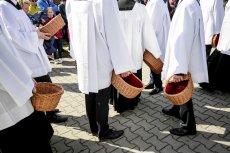 Z powodu koronawirusa w kościelnych tacach lądowało znacznie mniej pieniędzy niż normalnie.
