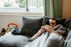 Zamiast aktywnie wykorzystywać czas siedzenia w domu podczas epidemii, wielu z nas nie potrafi się zmotywować do czegokolwiek innego, niż przesiadywanie w internecie.