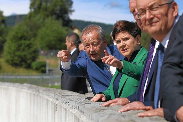 Premier Beata Szydło z pompą otworzyła zbiornik i zaporę wodną w Świnnej Porębie. Weług lokalnych władz do zakończenia inwestycji droga jeszcze daleka