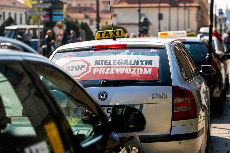 Z powodu strajku taksówkarzy do sądu wpłynie ponad 60 wniosków o ukaranie. Wśród wykroczeń m.in. picie alkoholu w miejscu publicznym, pirotechnika, tamowanie ruchu drogowego. Taksówkarze w pierwszej chwili uwierzyli, że da się wyłączyć Ubera.