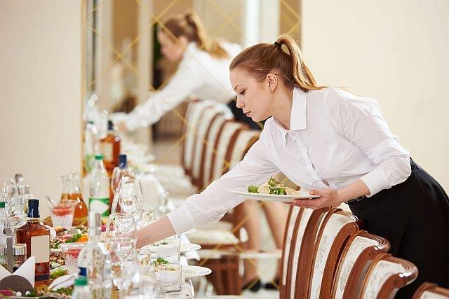 Praca po 8 godzin na stojąco to codzienność w takich branżach, jak gastronomia czy handel. A jednocześnie częsty powód zmiany firmy