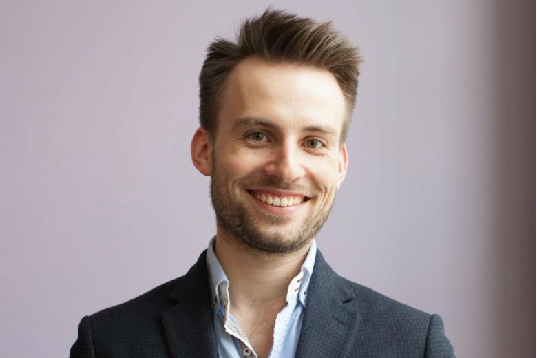 Jakub Chmielniak jest absolwentem filologi polskiej na Uniwersytecie Jagiellońskim, ponieważ zdawał sobie sprawę z tego, że humaniści mają obecnie ciężko na rynku pracy, jeszcze studiując zaczął zastanawiać się nad własną firmą