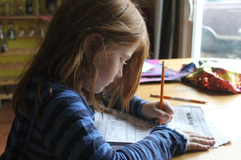 Ile kosztują podręczniki dla uczniów i przybory do szkoły? Średni koszt wyprawki szkolnej na rok szkolny 2019/2020 wynosi 1 718 złotych.