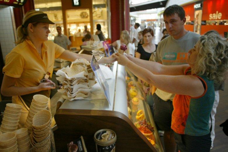 Największe straty mogą ponieść firmy usługowe, które wyrosły na obsłudze klientów supermarketów.