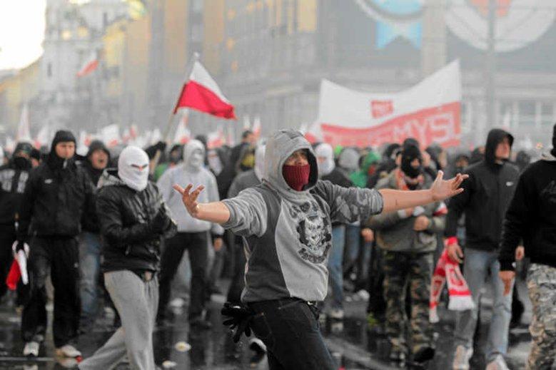 Starcia z policją podczas Marszu Niepodległości w Warszawie w 2011 roku.