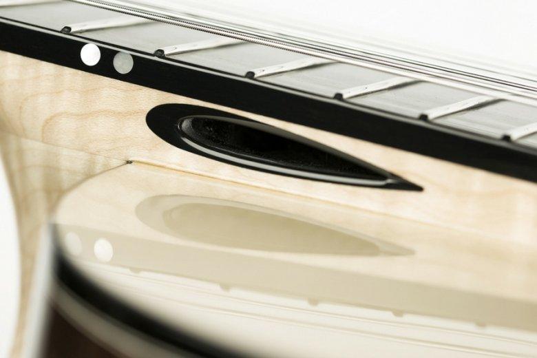 Wylot tuby akustycznej u podstawy gryfu gitary - jedna z innowacji Rafała Turkowiaka.