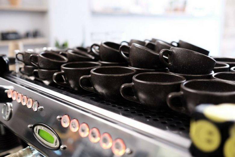 Filiżanki niemieckiej firmy powstają z masy powstałej z fusów z kawy, odrobiny klejów i drobin drewna.