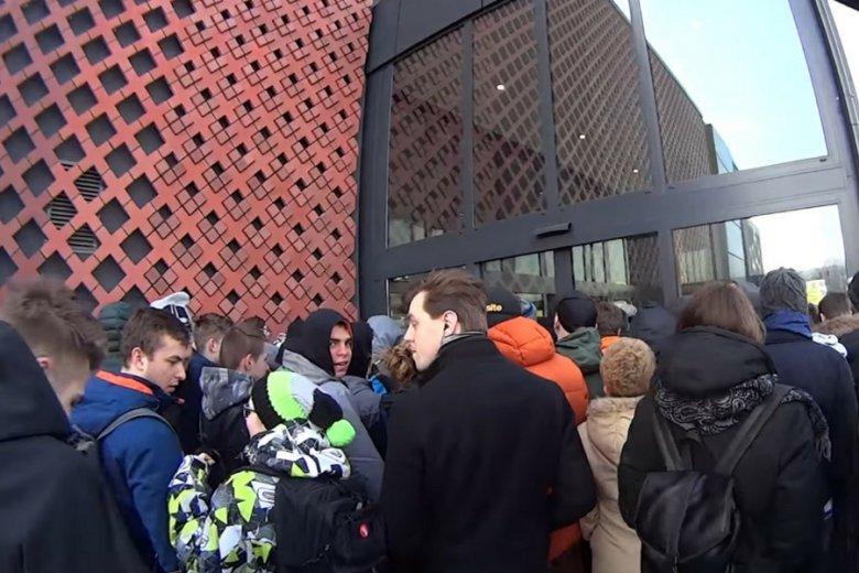 Tłum czekający pod drzwiami galerii Serenada.