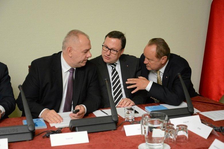 Grzegorz Bierecki (w środku) miał szukać u Leszka Czarneckiego miejsca na ulokowanie 70 mln zł