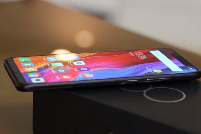 Xiaomi szydzi z cen Apple i pokazuje, ile urządzeń da się kupić za równowartość nowych iPhone'ów. Mi 8 to telefon, który wchodzi w skład najbardziej rozbudowanego zestawu.