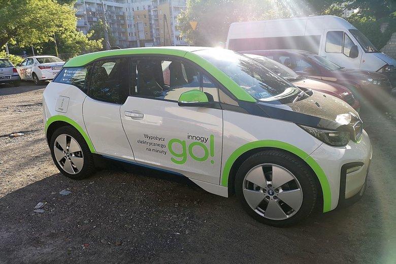 Wielu młodszych kierowców miało problem z opanowaniem małego elektryka BMW i3.