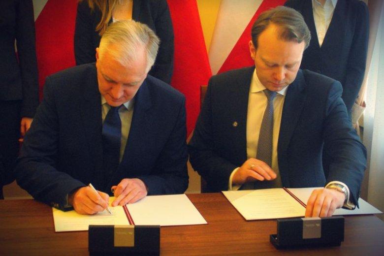 Minister Nauki Jarosław Gowin i członek zarządu PZU Paweł Surówka podpisują list intencyjny