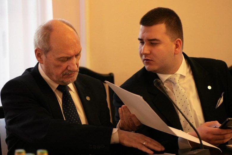 Na kłopoty ze znalezieniem informatyków nakładają się też spory personalne, np. gdy minister Annę Streżyńską zastąpił Bartłomiej Misiewicz.
