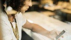 Kobiety znacznie częściej niż mężczyżni używają zwrotów grzecznościowych, wydając polecenia asystentom głosowym.