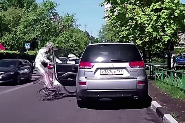 Tradycyjne otwieranie drzwi samochodowych może być tragiczne w skutkach.