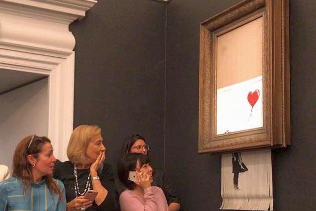 Sprzedane? To do zmienienia - Banksy zdalnie zniszczył swój obraz na aukcji