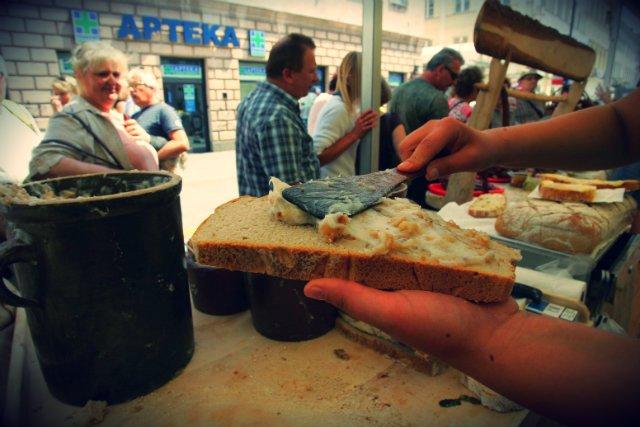 Ulica Nowy Świat, ludowe targi żywności. Panie z Milicza sprzedają chleb ze smalcem.