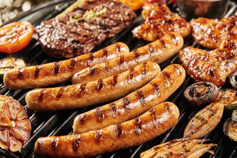 Warto uważać, co się kładzie na grilla: ważne, żeby sprawdzić datę przydatności do spożycia oraz skład chemiczny produktu.