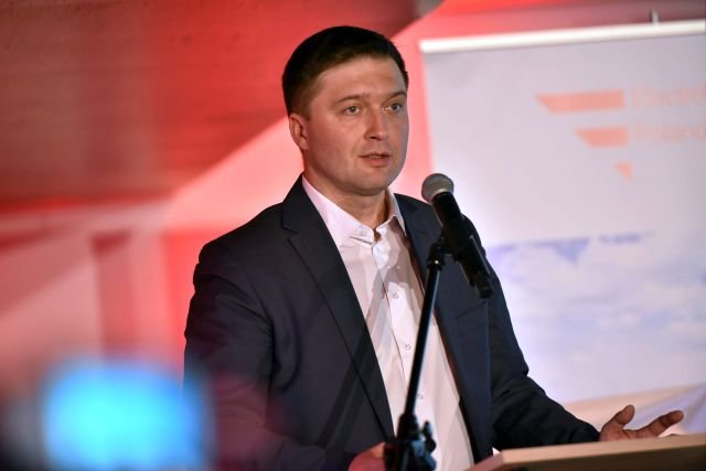 Krzysztof Kowalczyk podczas konferencji prasowej spółki Electromobility Poland.