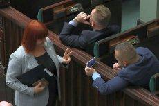 Przedstawicielka antyszczepionkowców, Justyna Socha, przybiła sobie piątkę z posłem Liroyem i pozowała do zdjęć na sali sejmowej.