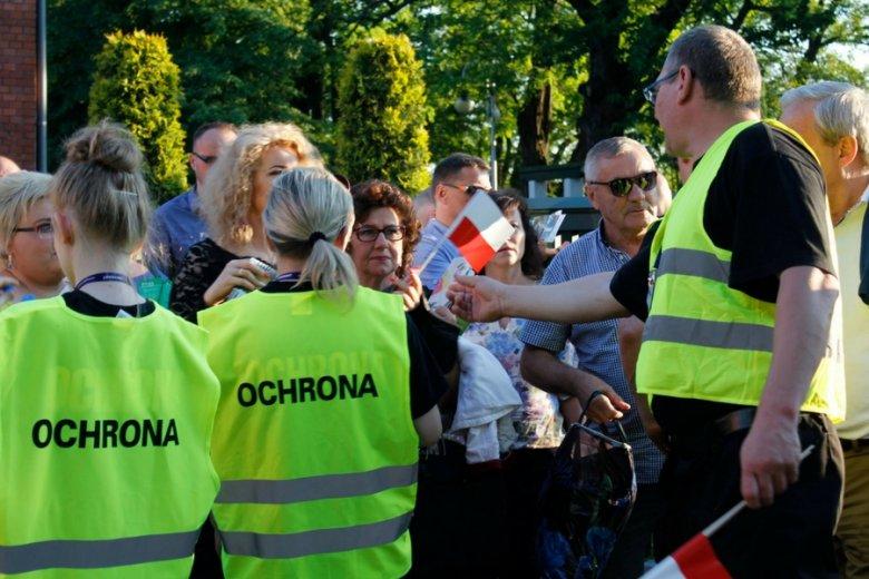 Przepychanki ochrony festiwalu z aktywistami KOD w 2016 r.
