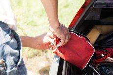 Mężczyźni w apteczce samochodowej znaleźli... dwa plasterki, opaskę podtrzymującą i agrafkę.