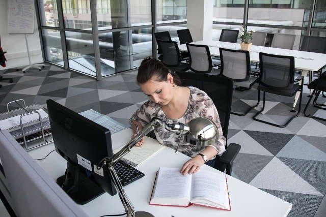 Magdalena Sokół w biurze Laboratorium Przetwarzania Obrazu i Dźwięku