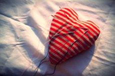 Miłość uruchamia te same centra nagrody jak kokaina, a utrata miłości w efekcie boli jak odstawienie narkotyków czy alkoholu.