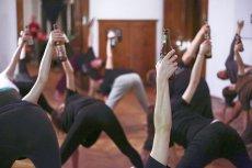 """Uprawianie sportu i picie piwa mogą iść w parze. W Krakowie organizowane są np. zajęcia """"beer yogi""""."""