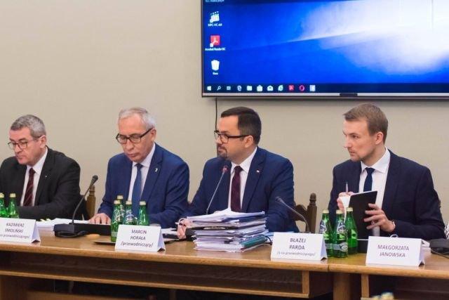 Na początku przesłuchania Jan Vincent Rostowski rozdał członkom komisji VAT wydruki z wykresami i tabelkami, by łatwiej było im zrozumieć poruszane podczas przesłuchania zagadnienia.