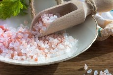 Czym różni się sól himalajska od zwykłej? Jest droższa. I na pewno nie pochodzi z Himalajów