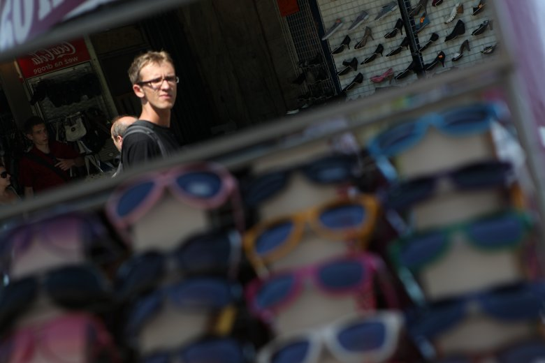 Moda się zmienia, w tym sezonie najmodniejsze mają być okulary przeciwsłoneczne w miniaturowych oprawkach.