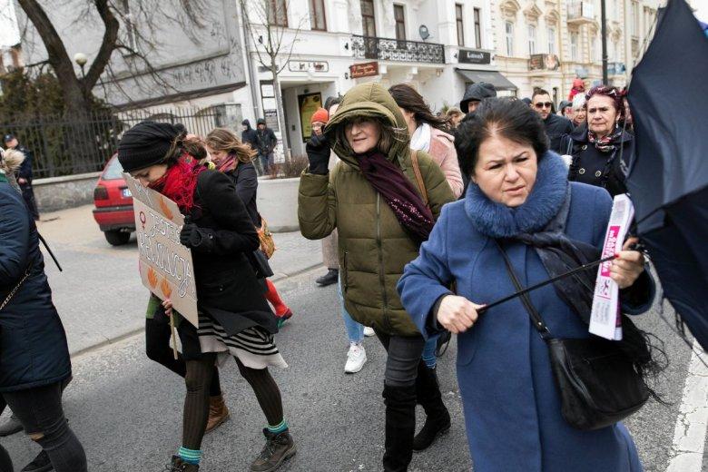 W Polsce 14 proc. osób zarabia najniższą krajową. Ponad połowę z nich stanowią kobiety.