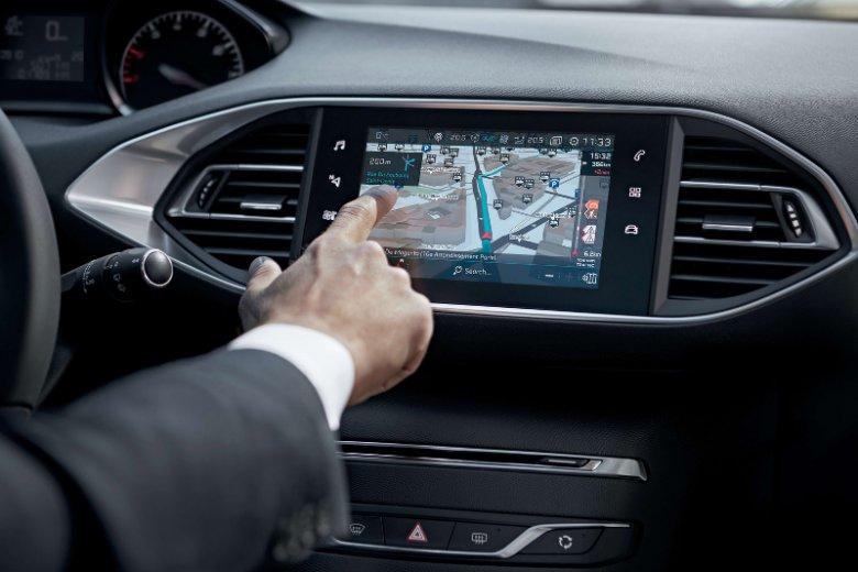 Nawigacja Peugeot Connect NAV 3D online z systemem poleceń głosowych i usługami TomTom pozwala kierowcy sprawdzić wszystko, co chce wiedzieć za pośrednictwem ekranu dotykowego