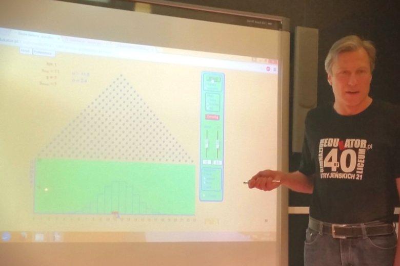Nauczyciel Piotr Skrobecki pokazuje interaktywną deskę Galtona